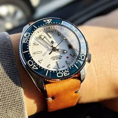 Dope mod by Featuring our blue SMP ceramic insert and polished coin edge bezel. Field Watches, G Shock Watches, Sport Watches, Cool Watches, Seiko Skx007 Mod, Seiko Mod, Seiko Automatic Watches, Seiko Watches, Luxury Watches For Men
