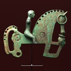 HORSES and other delicate creatures-Fíbula with rider and his horse found in Lancia, León. As a curiosity, it is observed under the mouth of the horse the severed head of an enemy Ancient World History, Art History, Celtic Culture, Horse Sculpture, Galo, Celtic Art, Celtic Designs, Ancient Jewelry, Dark Ages