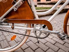 A láncvédő megvédi a lábad,nadrágod,szoknyádat a lánctól.Így nem lesz piszkos semmid a biciklizéstől.A monte grappa szoknyavédő,a portól,sártól,víztől véd.Így legyen bármilyen az időjárás,vagy legyen bármi rajtad,nyugodtan bringázhatsz. Classic, Vintage, Derby, Classic Books, Vintage Comics