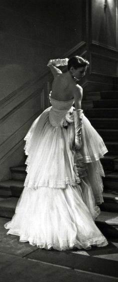 "Christian Dior ""Schumann"" Ball Gown, photo by Willy Maywald, 1950 🌹 Vintage Glamour, Dior Vintage, Vintage Gowns, Vintage Mode, Vintage Couture, Vintage Beauty, Vintage Hats, Christian Dior, 1950s Fashion"