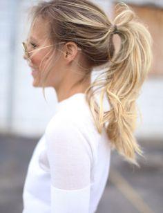 Oui à la queue de cheval semi-haute sur cheveux un brin décoiffés ! (blog Happily Grey)