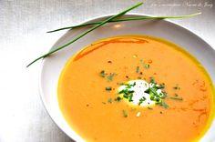 Wortel,pompoen en zoete aardappel soep. Nodig : 2 middelgrote zoete aardappels,300 gr flespompoen,2 winterpenen,1 ui,1 t. knoflook,1,2 bouillon,peper,nootmuskaat. Naar believen kokosmelk,room,verse gember,creme fraiche, -------------------------------------------------------------------------------snij alles in grove stukken,bak het aan,doe de bouillon erbij en laat het ong 20 min sudderen,pureren en op smaak maken met alles wat je lekker vindt.