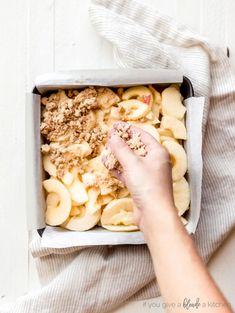 hand sprinkling crumble on top of apples in 8x8 pan Individual Apple Crisp Recipe, Apple Crisp Bars Recipe, Apple Crisp Topping, Caramel Apple Crisp, Apple Crumble Recipe, Apple Crisp Easy, Apple Crisp Recipes, Apple Bars, Crumble Topping