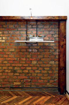 Hlavným cieľom architekta Krížika bolo dosiahnuť súlad pôvodného zariadenia so súčasným, vyrobeným na mieru. Z jäklovej konštrukcie a políc z nábytku zo 70-tych rokov vytvoril moderný výtvarný prvok a skombinoval ho s fragmentom zo starobratislavskej kuchyne – zo stôp, ktoré v byte zanechali tri generácie obyvateľov, tak zložil harmonickú kompozíciu, dokonale vystihujúcu zmysel jeho snaženia.