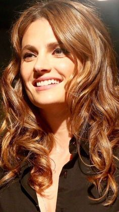 Stana Katic Stunningly Beautiful, Most Beautiful Women, Chestnut Hair, Kate Beckett, Woman Smile, Celebrity Travel, Colored Highlights, Stana Katic, Beautiful Actresses