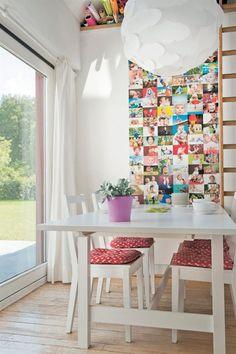 'Nous avons peint notre table et  nos chaises BJÖRKUDDEN/BERTIL en  blanc.Le pêle-mêle de photos  apporte suffisamment de couleur.'