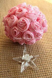 Tutorial para hacer esferas de rosas de papel crepé.