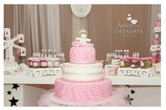 Mesa principal do bolo e doces.