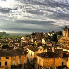 Rising sun above #saintemilion medieval village and the #UNESCO vineyard #france #winetourism #harvest #sunrise #happy #puravida