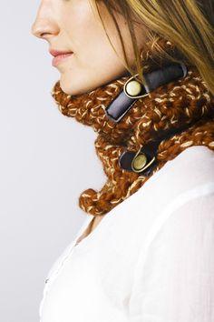 Cuello Broche 100% Lana con hilo metálico brillo, cierres de cuero y botón de metal. Tejido a mano en España. Descubre más en nuestra tienda online! www.decamino.info #Cuello #Botones #Colors #lana #wool #autumn #winter #tejer #punto #ovillo #handmade #natural #hechoamano #fashion #new #otoño #invierno #tejer #neckbuff