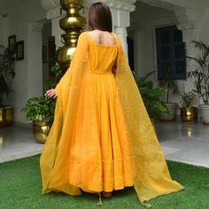 Asian Wedding Dress Pakistani, Beautiful Pakistani Dresses, Pakistani Fashion Party Wear, Indian Fashion Dresses, Indian Bridal Outfits, Indian Gowns Dresses, Dress Indian Style, Pakistani Dress Design, Indian Designer Outfits