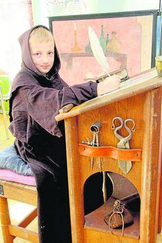 Die Stadt- und Schulbibliothek hatte sich in eine mittelalterliche Schreibwerkstatt verwandelt. Mit einem Federkiel und Tinte aus Ruß konnten Kinder schreiben, wie vor einigen hundert Jahren.