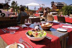 Hôtel Chalet RoyAlp & Spa. Le restaurant Rochegrise : 2 services, 2 cartes, 2 ambiances. De 12h00 à 15h30, grande carte bistro contemporaine proposant des mets variés répondant à toutes vos envies. (Salades, entrées variées, sandwiches, pâtes et choix de viandes et poissons) De 19h00 à 22h00, découvrez une cuisine inventive aux accents méditerranéens dans une ambiance cosy et intimiste où chaque plat saura éveiller les papilles des petits et des grands. Réservations : T +41 24 495 90 00 Hotel Chalet, Bistro, Mets, Restaurants, Sandwiches, Table Settings, Food, Pisces, Fine Dining