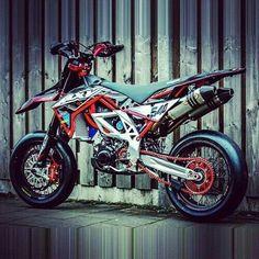 Aprilia Supermoto I want this ! Custom Motorcycles, Custom Bikes, Cars And Motorcycles, Moto Bike, Motorcycle Bike, Bobbers, Hd 883 Iron, Cruisers, Cool Dirt Bikes