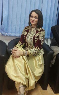 Lila Borsali, chanteuse algérienne de musique arabo-andalouse portant le karakou algérois. Afghan Dresses, Cowgirl Style, Folk Costume, Hijab Fashion, Muslim Fashion, Fashion Outfits, Womens Fashion, Traditional Dresses, Indian Fashion