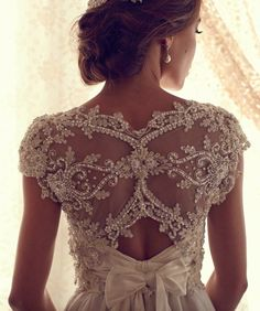 Ooooo. it's pretttttyyy!  Adore Anna Campbell but especially her Gossamer Collection bridal collection