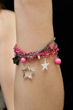 Ranneketju -Stars w/ 4 Chains -Pinkki/Musta/Hopeanvärinen Star W, Charmed, Bracelets, Chains, Jewelry, Fashion, Moda, Jewlery, Jewerly