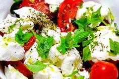 Zeleninový šalát s mozzarellou Ensalada Caprese, Caprese Salad, Greek Salsa Recipe, Buffalo Mozzarella, Grilled Fruit, Appetizer Salads, Vegetable Appetizers, Kalamata Olives, Pinterest Recipes