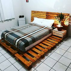 Decoration with pallets: 110 ideas and tutorials to create fantastic pieces Wooden Pallet Beds, Pallet Patio Furniture, Wooden Pallet Projects, Pallet Crafts, Wood Pallets, Pallet Bed With Lights, Diy Furniture Making, Homer Decor, Simple Bedroom Design