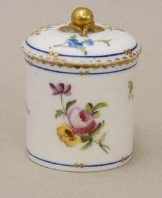 Sevres. Pot De Toilette Pâte Tendre 18ème Siècle., Galerie Arcanes, http://www.antique-art-versailles.fr/annuaire/galerie-arcanes/