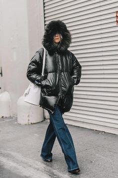 Street style New York Fashion Week, febrero 2017 © Diego Anciano Denim Fashion, Womens Fashion, Estilo Denim, Duck Down, New York Travel, Everyday Fashion, How To Look Better, Autumn Fashion, Winter Jackets