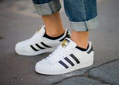5 Ways to Keep Your White Sneakers Looking Like New - Adidas White Sneakers - Latest and fashionable shoes - white sneaks shoelaces Addidas Sneakers, Addidas Superstar Shoes, White Addidas Shoes, White Sneakers Outfit, Superstars Shoes, Sneakers Looks, Sneakers Mode, Sneakers Fashion, Adidas Shoes