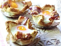 Muffins de torrada com receita de ovo e bacon DELICIOSO - - Cute Easter Desserts, Easter Cookie Recipes, Traditional Easter Desserts, Party Finger Foods, Snacks Für Party, Tostadas, Chocolate Easter Cake, Sweet Breakfast, Baking Recipes
