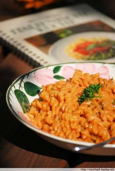Dass auch im Mai ein Betty Bossi Rezept im DKduW-Event vertreten ist, dafür sorge ich. ;-) Diesmal ist es ein Rezept aus dem Buch Italienische Küche 1. Auflage 1987. Der BB-Klassiker schlechthin nämlich Maccheroni alle cinque Pi.