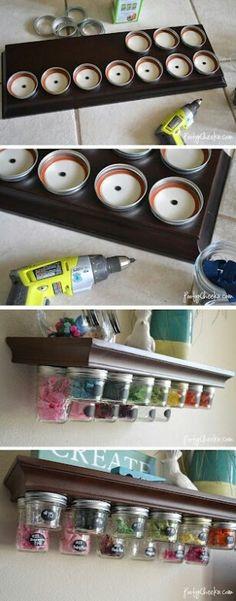 Maak de deksels vast aan een plank, dan doe je leuke spulletjes in je potjes en dan draai je de potjes weet aan de deksels en ze hangen. Je kunt het ook gebruiken voor in de keuken met bv kruiden