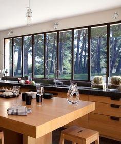 Les grandes baies vitrées avec traverse en alu offrent une vue panoramique depuis la cuisine. Plus de photos sur Côté Maison http://petitlien.fr/836a
