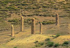 Doğu Türkistan'da Devasa Büyüklükte Türklere Ait Kağan ve Alp Heykelleri