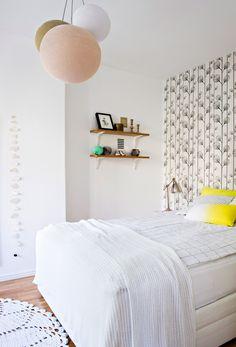 Väripilkut ilostuttavat nuoren parin mustavalkoista kotia: mustavalkoinen sisustus, vaalea sisustus, tehostevärit, minimalistinen, sommitelmat, asetelmat, scandinavian living, finnish design, black and white, decoration