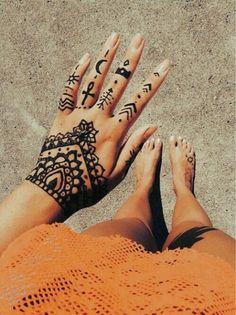 Tatouage au henné noir de la main et du pied