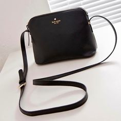 Popular brand Kate Spade small shoulder bag brand new with tag, it's a very popular brand . The bag is suitable for many occasions.