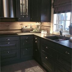 Cabin Homes, Log Homes, Black Kitchens, Home Kitchens, Rustic Kitchen, Kitchen Dining, Küchen Design, House Design, Black Cabinets