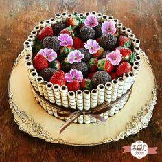 bolo decorado com tub in e frutas Torta Candy, Candy Cakes, Cupcake Cakes, Cute Cakes, Pretty Cakes, Yummy Cakes, Bolo Charlotte, Chocolate Finger Cake, Eid Cake