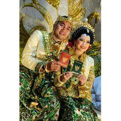 .@riskaanton | #bride #groom #AKADNIKAH #offwhite #green #wedding #book #love #bajubodo #bug... | Webstagram