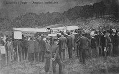 Aeroplanet trekkes frem. Baron Carl Calle Cederström med sitt fly Nordstjärnen i Fridalen 25. september 1911. Ukjent fotogtaf. Billedsamlingen Universitetsbiblioteket i Bergen.