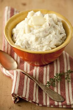 Paula Deen Turnip Mashed Potatoes - can we add bacon to this? you know paula wouldn't mind. Turnip Recipes, Mashed Potato Recipes, Vegetable Recipes, Potato Vegetable, Vegetable Side Dishes, Paula Deen Mashed Potatoes, Southern Cooking Recipes, Potato Gravy, Side Dish Recipes
