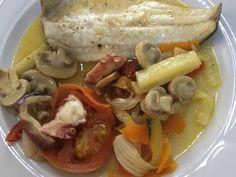 Lubina a la lekue hecha en microondas con verdurias 🍄🌶🥒🥕 Receta de asuncion.mc - Cookpad Sausage, Fish, Chicken, Meat, Cooking, Chefs, Hake Recipes, Vegetables, Cooking Recipes