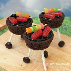 brownie outdoor grill, brownie grill bites, BBQ brownie grill with candy hot dog… – Fun Food for Kids! Bbq Desserts, Dessert Recipes, Good Food, Yummy Food, Fun Food, Food Crafts, Edible Crafts, Summer Treats, Creative Food
