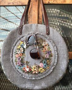가방 Leather Bags Handmade, Handmade Bags, Diy Wallet Bag, Postman Bag, Embroidery Bags, Flower Bag, Art Bag, Jute Bags, Boho Bags