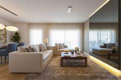 Sala Comum: Salas de estar Moderno por Traço Magenta - Design de Interiores (cores: bege/ecru sofá mais claro, tapete mais escuro)