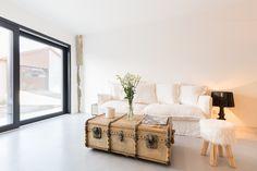 teinte gris souris  #betoncire #salon #decoration #lumiere #design Entryway Bench, Decoration, Lausanne, Storage, Furniture, Design, Home Decor, Concrete Bathroom, House 2