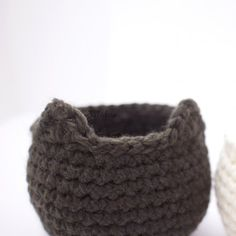 Use this free pattern to crochet some little baskets with cat or bear ears.*
