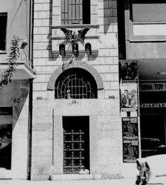Η υπαρκτή ιστορία αυτού του αινιγματικού κτιρίου επί της οδού Ακαδημίας 58 Α ξεκινά τη χρονική περίοδο 1882-1886 ως μια προέκταση του νεοκλασικού μεγάρου επί της οδού Μαυρομιχάλη 6, που δημιουργήθηκε ως οικία του Γερμανού Ερνέστου Τσίλλερ, ενός από τους σπουδαιότερους αρχιτέκτονες της ελληνικής επικράτειας. Εκεί έζησε μέχρι το 1912, οπότε και αγοράστηκε σε πλειστηριασμό από τον Κεφαλλονίτη τραπεζίτη, φιλότεχνο και συλλέκτη έργων τέχνης Διονύσιο Π. Λοβέρδο. Artwork, Decor, Work Of Art, Decoration, Auguste Rodin Artwork, Artworks, Decorating, Illustrators, Deco