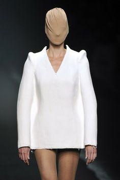 Een model op de catwalk bij MAISON MARTIN MARGIELA