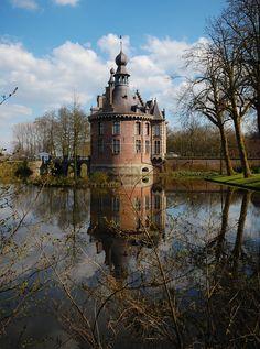 Kasteel van Wijnendale...? Of iets dichterbij: kasteel van Ooidonk.