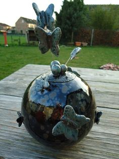 Globe with butterflies Clay Art, Christmas Bulbs, Globe, Butterfly, Holiday Decor, Creative, Pottery Ideas, Eggs, Pottery Animals
