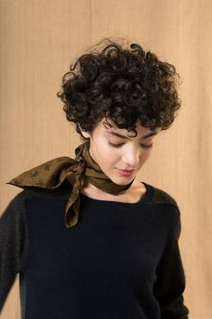 We have some incredible motivation pictures of short curly hairstyles, so you can grasp short curls regardless of what direction your hair curls! Thick Curly Hair, Curly Hair With Bangs, Curly Hair Cuts, Long Hair, Short Curly Haircuts, Haircuts With Bangs, Short Curly Pixie, Short Haircut, Pelo Guay